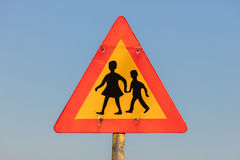 Προειδοποιητικό σημάδι των παιδιών που διασχίζουν την οδό από το σχολείο Στοκ Φωτογραφία