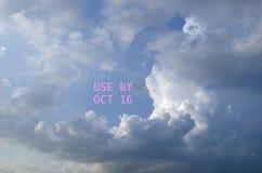 Προειδοποιητικό σημάδι ΧΡΗΣΗΣ μέχρι τις 16 Οκτωβρίου στα σύννεφα Στοκ Εικόνα