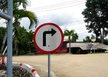 Προειδοποιώντας σημάδι στροφής στοκ εικόνες με δικαίωμα ελεύθερης χρήσης