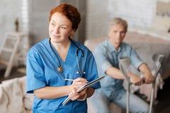 Προεξέχων γιατρός που σκέφτεται για τη διάγνωση στοκ φωτογραφίες με δικαίωμα ελεύθερης χρήσης