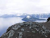 Προεξοχή βράχου στο πλαίσιο που αγνοεί τη λίμνη κρατήρων Στοκ εικόνα με δικαίωμα ελεύθερης χρήσης