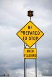 Προετοιμάζεται για να σταματήσει κατά τη λάμψη - οδικό σημάδι στοκ φωτογραφία με δικαίωμα ελεύθερης χρήσης