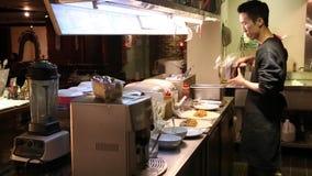 προετοιμάζοντας τα μεξικάνικα τρόφιμα, που κάνουν τα burritos στην κουζίνα του μεξικάνικου εστιατορίου απόθεμα βίντεο