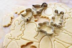 Προετοιμάζοντας τα μπισκότα μελοψωμάτων Πάσχας βαθμιαία Στοκ εικόνες με δικαίωμα ελεύθερης χρήσης