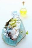 Προετοιμάζοντας τα ψάρια που ψήνονται σε μια σχάρα Στοκ εικόνα με δικαίωμα ελεύθερης χρήσης