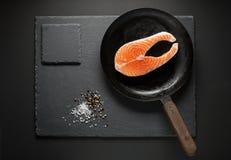 Προετοιμάζοντας τα ψάρια σολομών για το μαγείρεμα του γεύματος Στοκ Εικόνες
