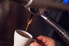 Προετοιμάζοντας το φλιτζάνι του καφέ με τη μηχανή καφέ, το υπόβαθρο για τη καφετερία ή το barista, το φλιτζάνι του καφέ προετοιμά Στοκ εικόνες με δικαίωμα ελεύθερης χρήσης