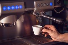 Προετοιμάζοντας το φλιτζάνι του καφέ με τη μηχανή καφέ, το υπόβαθρο για τη καφετερία ή το barista, το φλιτζάνι του καφέ προετοιμά Στοκ Εικόνες