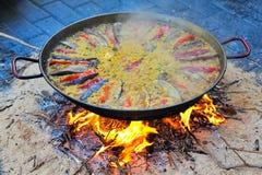 Προετοιμάζοντας το paella - ισπανικά παραδοσιακά τρόφιμα Στοκ Εικόνα
