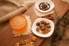 Προετοιμάστε τα νόστιμα μπισκότα οικογενειακά καρύδια έννοιας σύνθεσης μπουλονιών Στοκ Φωτογραφία