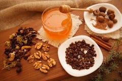 Προετοιμάστε τα νόστιμα μπισκότα οικογενειακά καρύδια έννοιας σύνθεσης μπουλονιών Στοκ φωτογραφίες με δικαίωμα ελεύθερης χρήσης