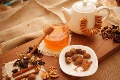 Προετοιμάστε τα νόστιμα μπισκότα οικογενειακά καρύδια έννοιας σύνθεσης μπουλονιών Στοκ εικόνα με δικαίωμα ελεύθερης χρήσης