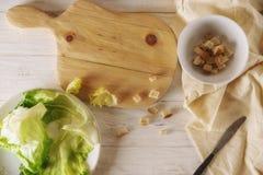 Προετοιμάστε τη σαλάτα Caesar Στοκ Εικόνα