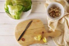 Προετοιμάστε τη σαλάτα Caesar Στοκ Φωτογραφία