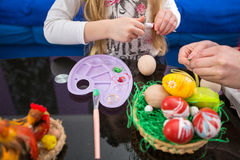 Προετοιμαμένος για Πάσχα με τη ζωγραφική των αυγών, ευτυχές Πάσχα Στοκ εικόνες με δικαίωμα ελεύθερης χρήσης