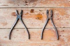 Προετοιμαμένος για την επισκευή, ανακαίνιση Εργαλεία στο shabby πάτωμα Στοκ εικόνες με δικαίωμα ελεύθερης χρήσης