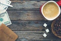 Προετοιμαμένος να ταξιδεψει με τον καφέ, φασόλια καφέ, κύβοι ζάχαρης, πέρασμα στοκ φωτογραφία με δικαίωμα ελεύθερης χρήσης