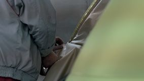Προετοιμασία αυτοκινήτων για τη ζωγραφική και το συντονισμό φιλμ μικρού μήκους