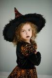 Προετοιμασία για αποκριές Χαριτωμένο κορίτσι 8-9 έτη στην εικόνα η κακή νεράιδα Στοκ εικόνα με δικαίωμα ελεύθερης χρήσης