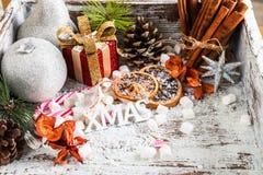 Προετοιμασία για τα Χριστούγεννα με τα μέρη των συμβόλων και του χιονιού Χριστουγέννων Στοκ φωτογραφία με δικαίωμα ελεύθερης χρήσης