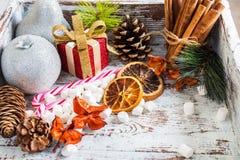 Προετοιμασία για τα Χριστούγεννα με τα μέρη των συμβόλων και του χιονιού Χριστουγέννων Στοκ Εικόνα