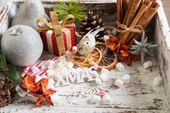 Προετοιμασία για τα Χριστούγεννα με τα μέρη των συμβόλων και του χιονιού Χριστουγέννων Στοκ εικόνες με δικαίωμα ελεύθερης χρήσης