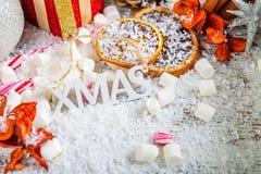 Προετοιμασία για τα Χριστούγεννα με τα μέρη των συμβόλων Χριστουγέννων Στοκ Φωτογραφία