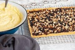 Προετοιμασία για την κατασκευή ενός κέικ Πίτα κουλουρακιών με τη μαρμελάδα και ξύλα καρυδιάς στην ψύξη του ραφιού Κατ' οίκον γίνο στοκ φωτογραφία με δικαίωμα ελεύθερης χρήσης
