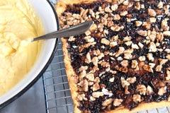 Προετοιμασία για την κατασκευή ενός κέικ Πίτα κουλουρακιών με τη μαρμελάδα και ξύλα καρυδιάς στην ψύξη του ραφιού Κατ' οίκον γίνο στοκ εικόνες