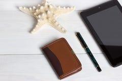 Προετοιμασία για τη διακινούμενη έννοια, γυαλιά ηλίου, μολύβι, σημειωματάριο, στο εκλεκτής ποιότητας ξύλινο υπόβαθρο Στοκ εικόνα με δικαίωμα ελεύθερης χρήσης
