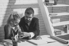 Προετοιμασία για το σχολείο Δάσκαλος και μαθήτρια στο δωμάτιο μελέτης στο άσπρο υπόβαθρο τούβλου Στοκ εικόνα με δικαίωμα ελεύθερης χρήσης