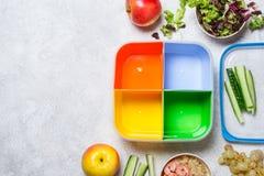 Προετοιμασία ενός ισορροπημένου μεσημεριανού γεύματος Υγιής έννοια τροφίμων στο γραφείο Στοκ Εικόνα