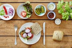 Προετοιμασία ενός υγιούς εύγευστου μεσημεριανού γεύματος καλοφαγάδων σάντουιτς Στοκ εικόνες με δικαίωμα ελεύθερης χρήσης