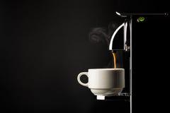 Προετοιμασία ενός φλυτζανιού του καφέ espresso Στοκ Φωτογραφίες