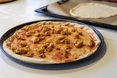 Προετοιμασία μιας εύγευστης πίτσας σε μια εγχώρια κουζίνα Τοποθέτηση και δ στοκ φωτογραφία με δικαίωμα ελεύθερης χρήσης