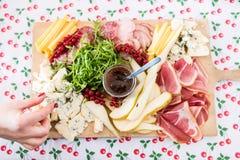 Προετοιμασία μιας πιατέλας κομμάτων με τα κρέατα και το τυρί Στοκ φωτογραφίες με δικαίωμα ελεύθερης χρήσης