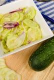 Προετοιμασία μιας σαλάτας αγγουριών Στοκ Εικόνες