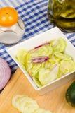 Προετοιμασία μιας σαλάτας αγγουριών Στοκ Φωτογραφίες