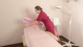 Προετοιμασία μιας cosmetology καρέκλας για διαδικασίας απόθεμα βίντεο