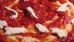 Προετοιμασία πιτσών Τοποθέτηση του φρέσκου τυριού μοτσαρελών στο κάλυμμα πιτσών απόθεμα βίντεο