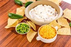 Προετοιμασία της εμβύθισης φασολιών με τα jalapenos, την ξινά κρέμα και το τυρί Cheddar γ Στοκ εικόνες με δικαίωμα ελεύθερης χρήσης