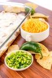 Προετοιμασία της εμβύθισης φασολιών με τα jalapenos, την ξινά κρέμα και το τυρί Cheddar γ Στοκ εικόνα με δικαίωμα ελεύθερης χρήσης