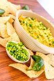 Προετοιμασία της εμβύθισης φασολιών με τα jalapenos, την ξινά κρέμα και το τυρί Cheddar γ Στοκ φωτογραφίες με δικαίωμα ελεύθερης χρήσης