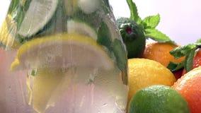 Προετοιμασία της λεμονάδας σε μια στάμνα απόθεμα βίντεο