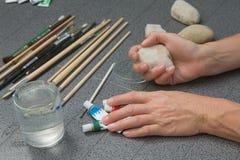 Προετοιμασία της ζωγραφικής πετρών Στοκ Εικόνες