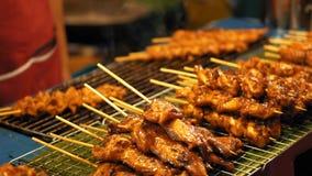 Προετοιμασία της νόστιμης σχάρας στη σχάρα σε υπαίθριο Τα χέρια αρχιμαγείρων μετατοπίζουν το ψημένο κοτόπουλο kebabs, σε αργή κίν απόθεμα βίντεο