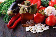 Προετοιμασία της σαλάτας με το μαρούλι, ντομάτα κερασιών, σπόρος κολοκύθας α Στοκ φωτογραφίες με δικαίωμα ελεύθερης χρήσης