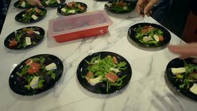 Προετοιμασία της σαλάτας σολομών με τις ελιές απόθεμα βίντεο