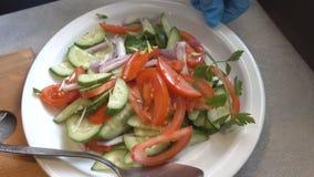 Προετοιμασία της σαλάτας από τα φρέσκα λαχανικά απόθεμα βίντεο