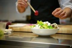 Προετοιμασία της σαλάτας Στοκ Εικόνες